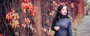 Frau trägt Jacke von Posseimo aus Bio-Strick mit Possumhaar